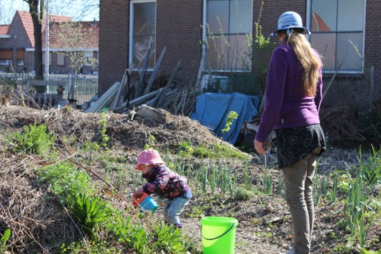 Ook kleine Fleur helpt mee in de Perma tuin, immers jong geleerd is oud gedaan.