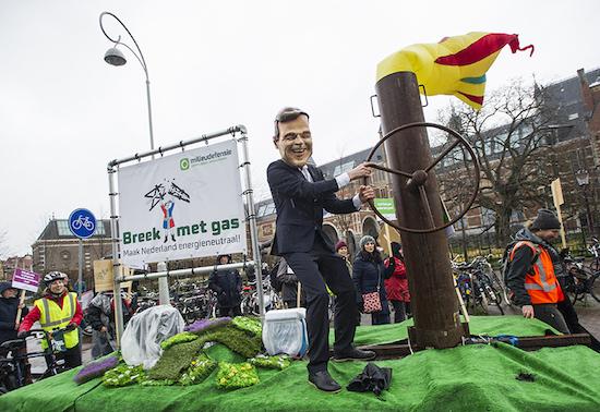 AMSTERDAM - Enkele duizenden mensen lopen mee in de Klimaatparade georganiseerd door ondermeer Milieudefensie, Greenpeace en Oxfam Novib. Wereldwijd liepen honderdduizenden mensen mee in de Climate March, om aandacht te vragen voor de gevolgen van klimaatverandering voor het begin van de Klimaattop COP21 in Parijs. FOTO MARTEN VAN DIJL / MILIEUDEFENSIE