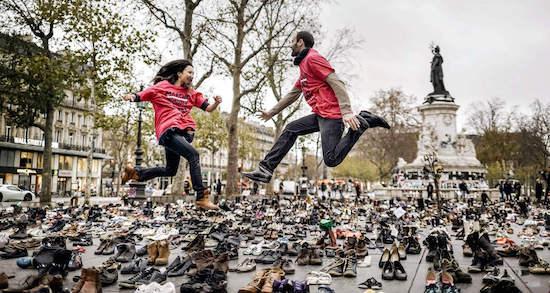 Duizenden gedoneerde schoenen op het Place de la Republique staan symbool voor iedereen die in Parijs niet de straat op kon.